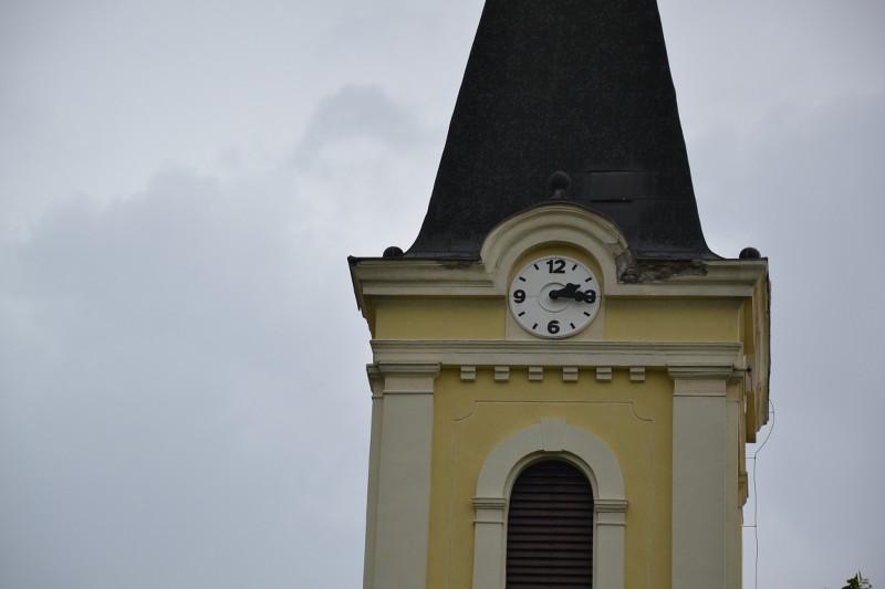 A templomtoronyról leomlott egy darab vakolat