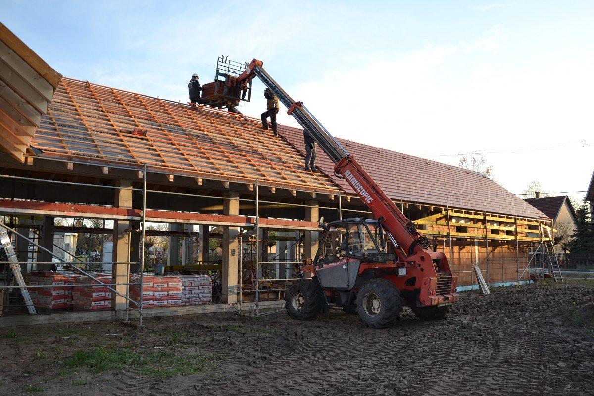 Készül a tető a piaccsarnok épületén