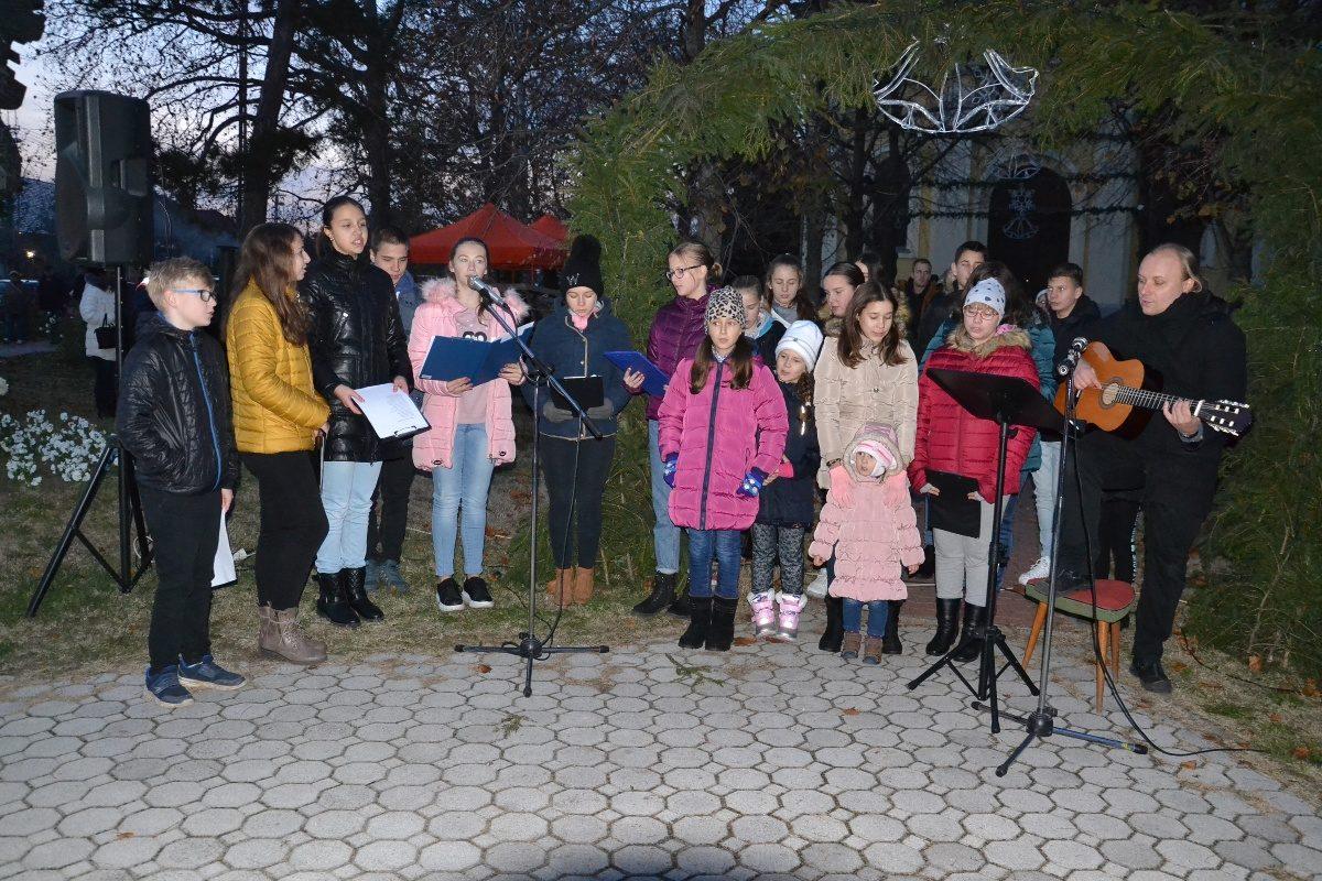Advent első vasárnapján ünnepséget tartottak a balástyai a templom előtt