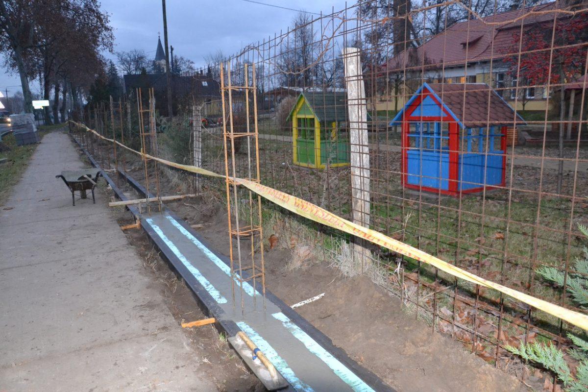 Megkezdődött az óvodakerítés főút felőli építése