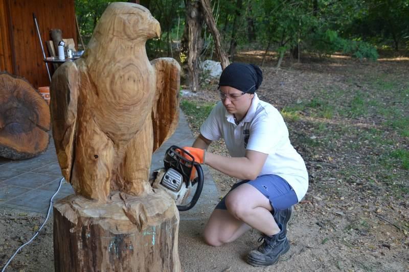 Katona Szonja fafaragó az erdő szobrásza